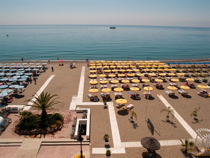 la Carihuela 海灘 (多列毛利諾斯) 的吊床和傘