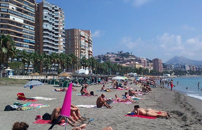 Njuter av dagen på Playa de la Malagueta