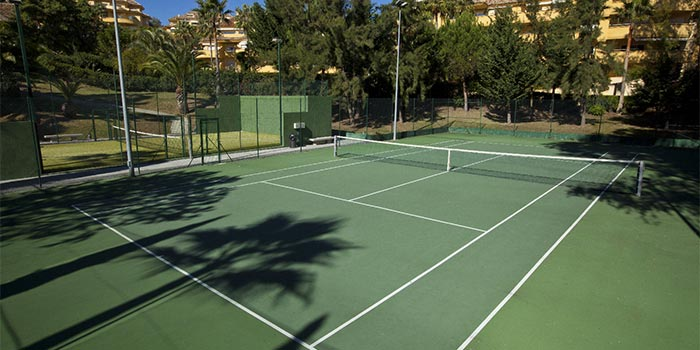 Tennisbane og en paddle-tennisbane i Rio Real Golf i Marbella